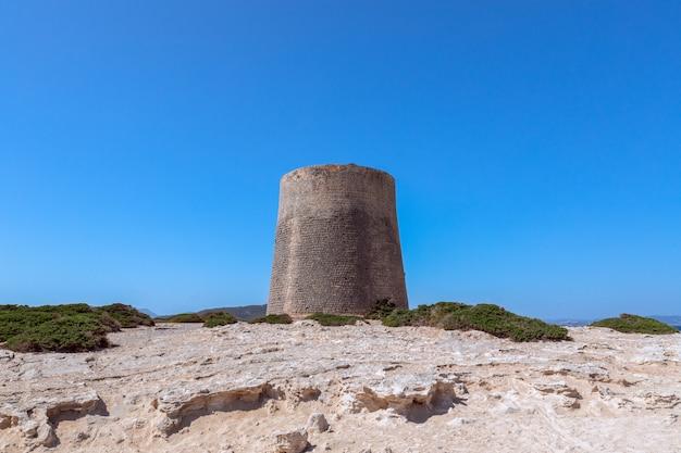 Вид на старую смотровую башню на ибице, испания