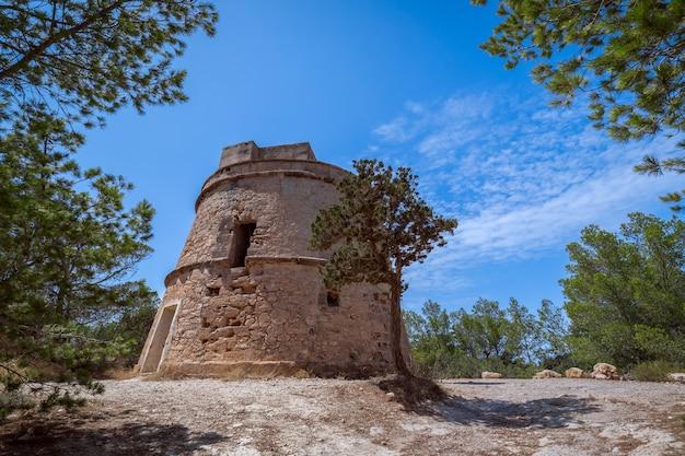 Вид на старую смотровую башню. торре-де-портинаткс на острове ибица, балеарские острова. испания