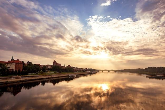 夜明けにトルンの古いポーランドの町の眺め