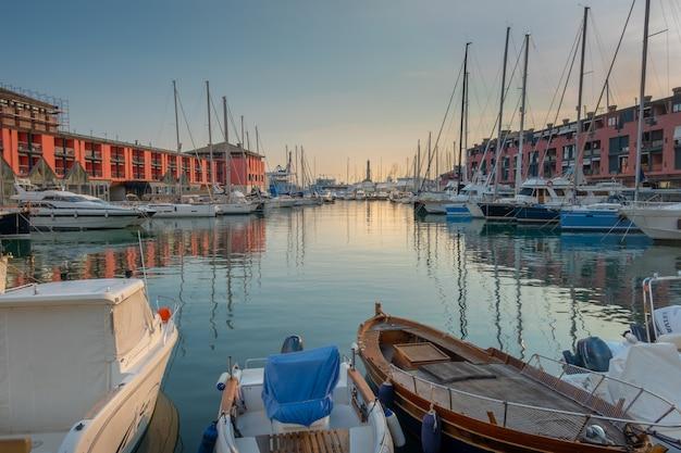 Вид на старый порт генуи на закате с маяком лантерна италия