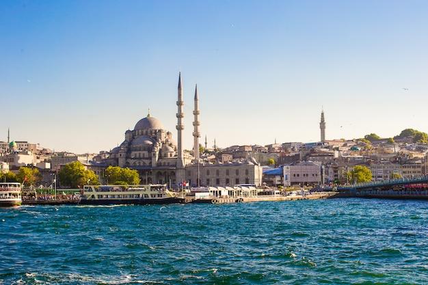 Вид на старый город и красивую мечеть в стамбуле