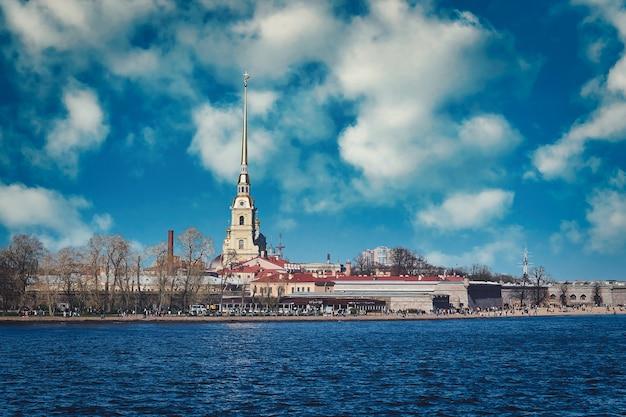 サンクトペテルブルクのネヴァ川にあるペトロパヴロフ要塞の眺め、晴れた春の日