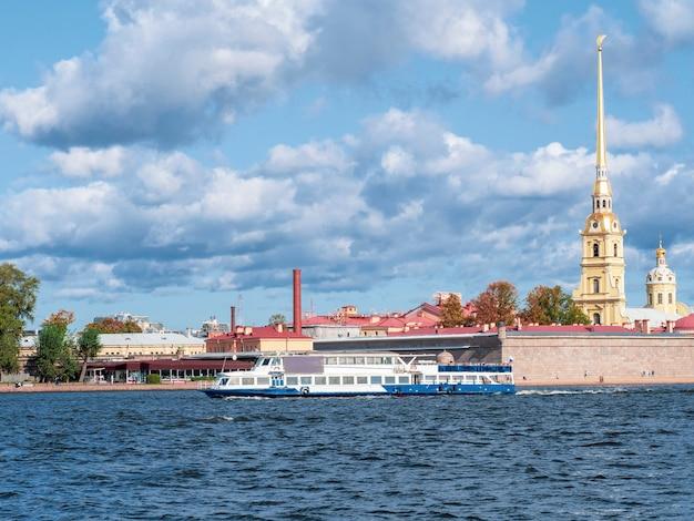 상트 페테르부르크의 neva 강에서 배와 함께 피터와 폴 요새의보기