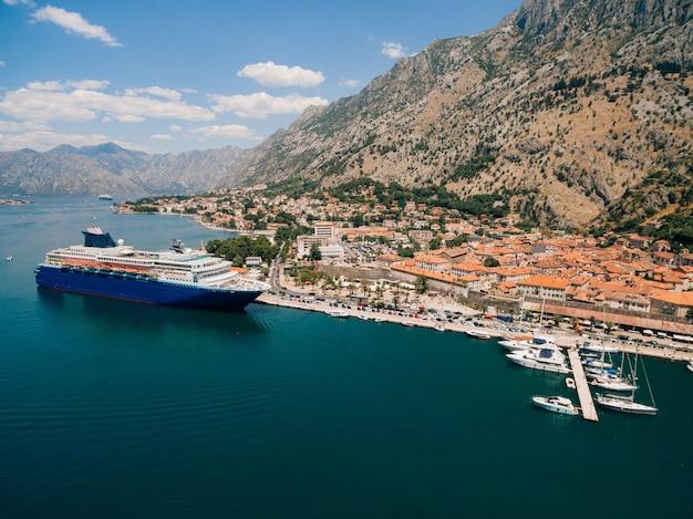 大きなボートと町のある桟橋の眺め