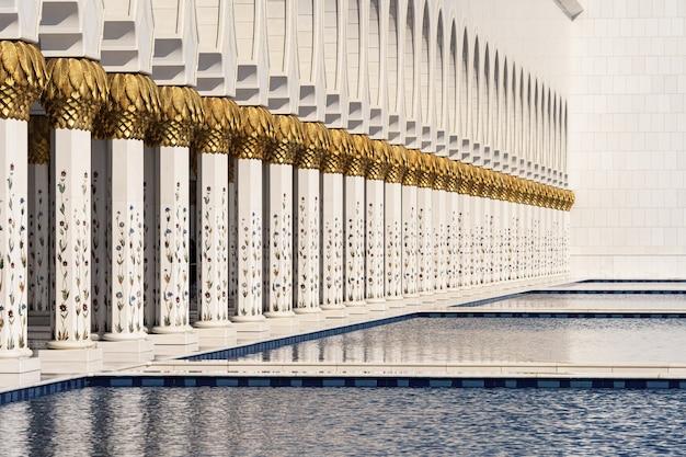 その列とアブダビモスクのプールの眺め
