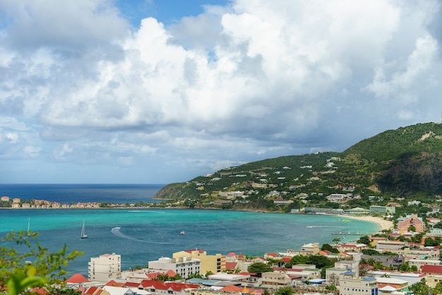高い崖からの港とビーチの眺め。
