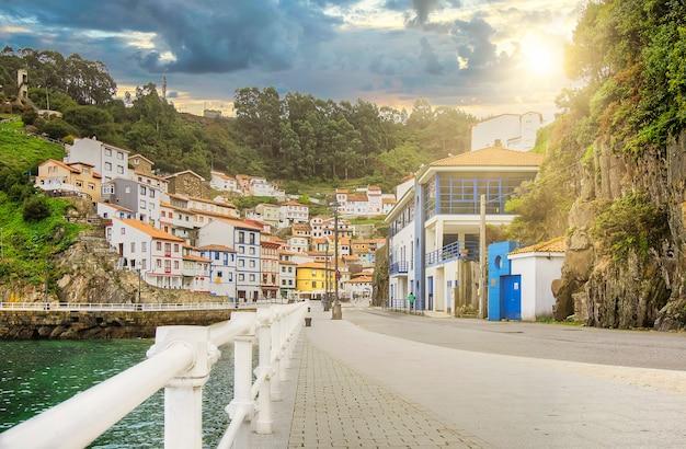 Вид на порт кудильеро в астурии, испания