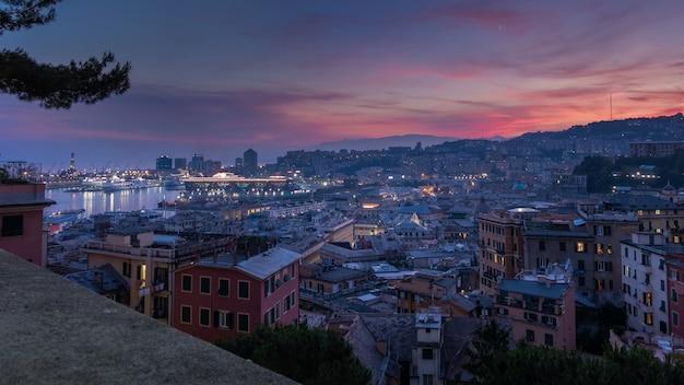 Вид на порт генуи на закате из спианата кастеллетто италия
