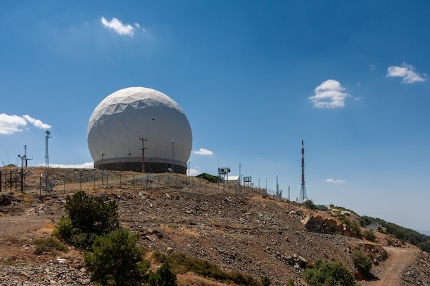 Вид на радиолокационную станцию на горе олимпос на кипре 21 июля 2009 г.