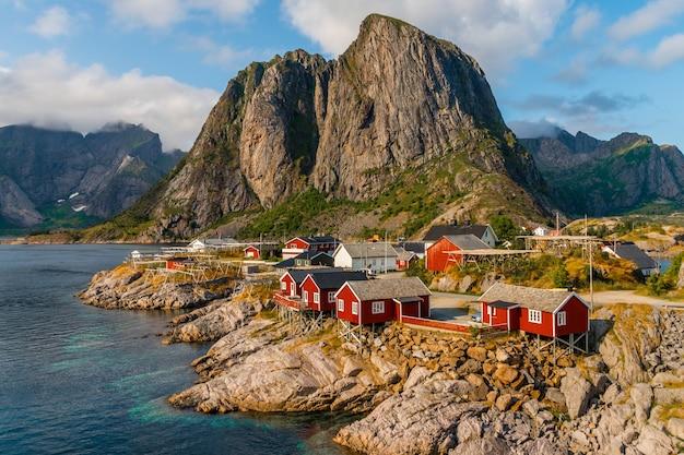 ノルウェー、ロフォーテン諸島、ハムノイの海岸線沿いの赤いコテージの眺め