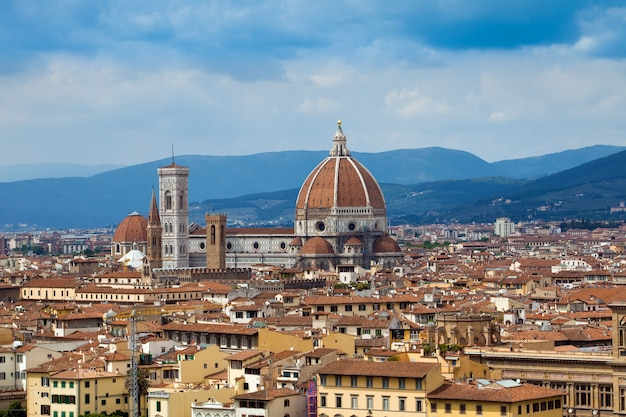 Вид на дуомо эпохи возрождения с площади микеланджело в городе флоренция в италии
