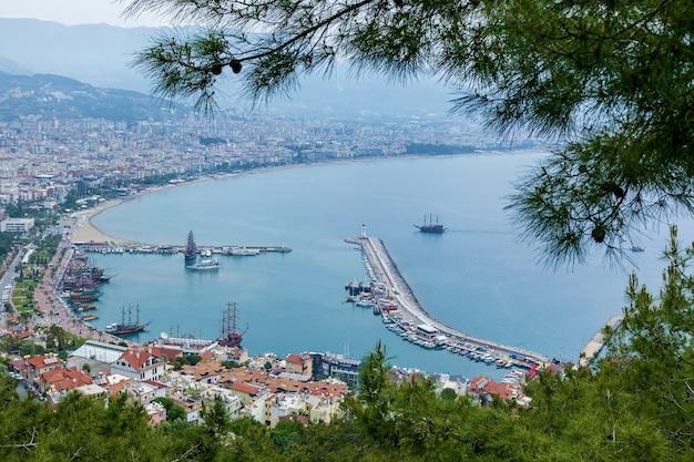 Вид на курортный город аланья маяк в порту аланьи на старую крепость аланьи