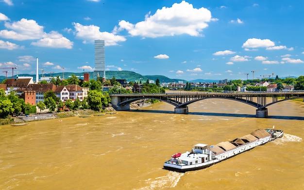 Вид на реку рейн в базеле, швейцария