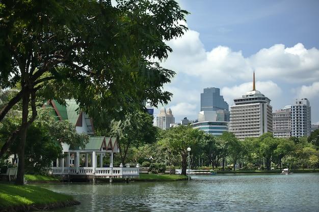 川と高層ビルの眺め。タイ。バンコク。晴天時の休息のための公園