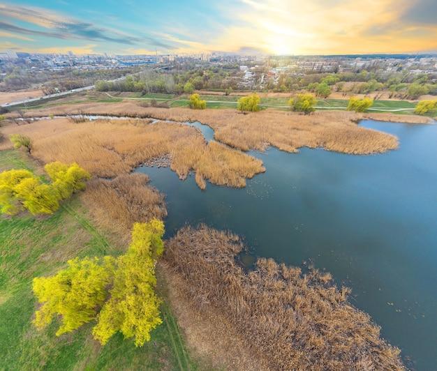 Вид на реку и зеленый берег с высоты на закате