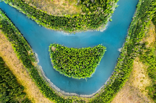 鳥瞰図からの笑顔のような川と島の眺め