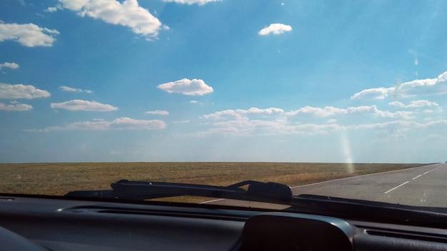 차에서 본 도로의 모습