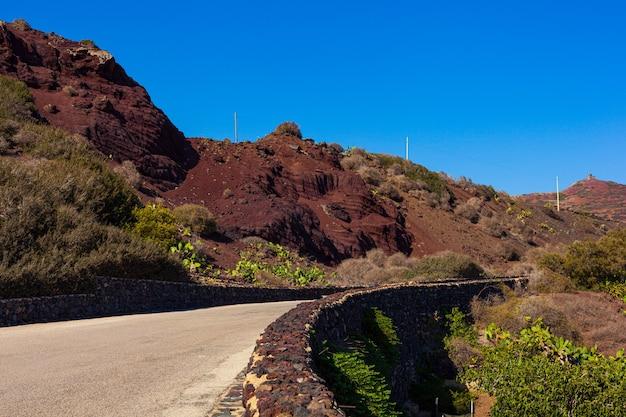 Вид на дорогу в сельской местности линозы, сицилия