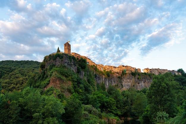 Вид на скалу, которая поддерживает средневековую деревню кастельфоллит-де-ла-рока в каталонии, испания.