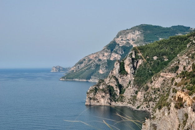 Вид на скалистое морское побережье