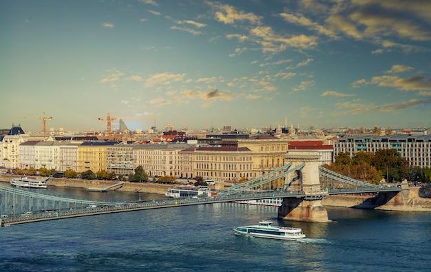 ハンガリーの聖イシュトバーンブダペストの歴史的な旧市街の街並みを高さから見たところ。