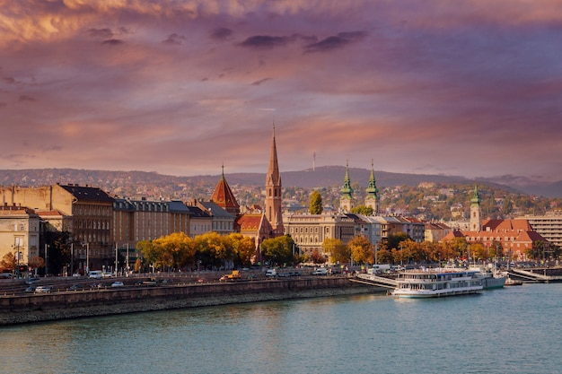 歴史的な旧市街の街並み、ハンガリーのブダペストの塔を高さから見たところ。