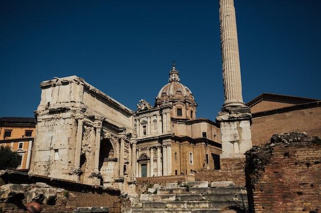 イタリア、ローマの有名な観光スポットがあるフォロロマーノの遺跡の眺め。