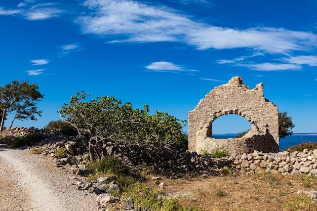 クロアチアのクルク島、スタラバスカの聖ヒエロニムス教会の遺跡の眺め