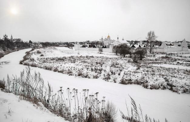 雪に覆われた風景の中のロシア正教会の修道院の眺め