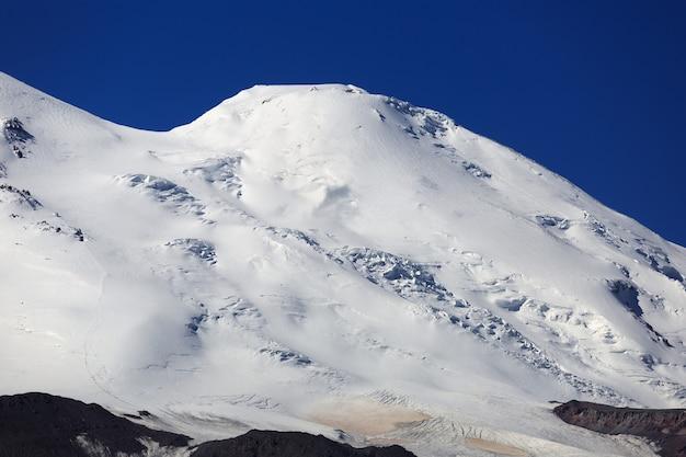 ロシアのコーカサス山脈の北からのエルブルス山の鞍の眺め。