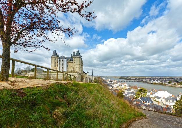 Вид на замок сомюр на берегу реки луары, франция