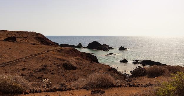 Вид на живописную скалу из лавы на острове линоза. сицилия