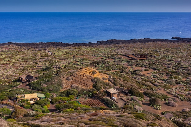 Вид на живописную скалу линоза, остров пелаги. сицилия