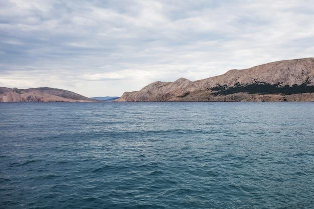 海と山の曇りの景色。景観の素晴らしさと静けさ