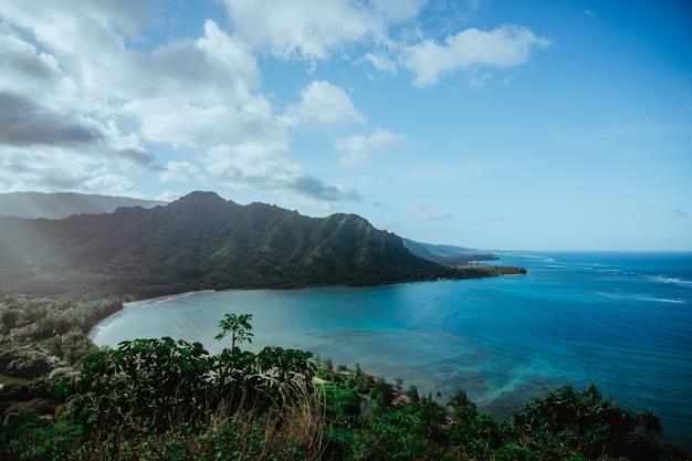 ハワイの海と山々の眺め