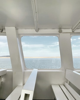 화이트 인테리어와 요트 창에서 바다의 전망