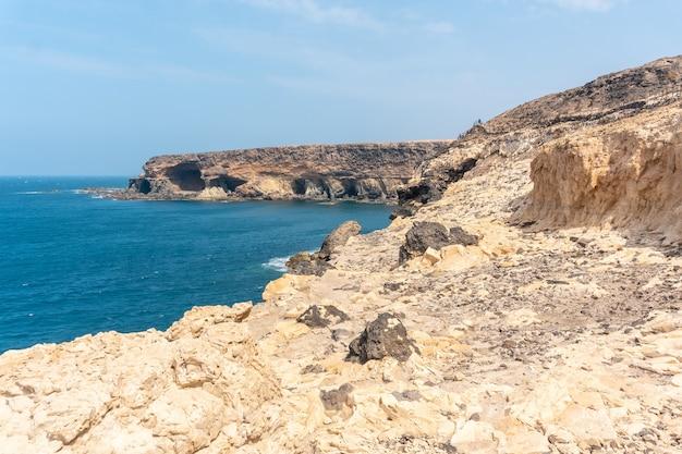 Вид на море из геопарка на пути к пещерам аджуй, пахара, западное побережье острова фуэртевентура, канарские острова. испания