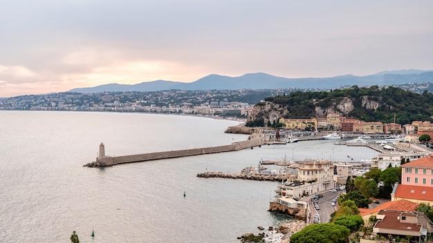 Вид на морской порт в ницце на закате, франция