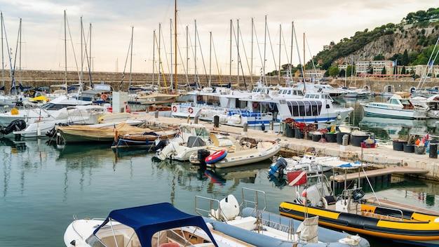 港の眺め。係留されたヨット、モナコの地中海の青い水