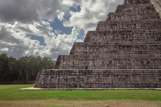 チチェンイツァ考古学コンプレックスのピラミッドの階段の鋸歯状のプロファイルのビュー