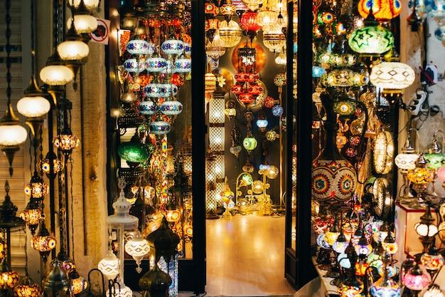 トルコのペンダントランプモザイクでお店の眺め