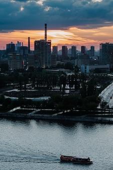 Вид на силуэт бизнес-центра москва-сити с нагатинской набережной