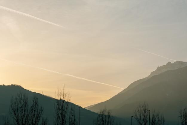 Вид на небо и горы утром на рассвете, которые окутаны туманом. концепция пейзаж, отдых, кемпинг.
