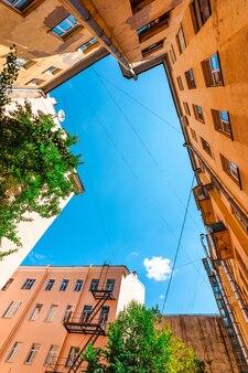 Вид на небо во дворе домов в санкт-петербурге