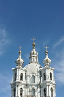 Вид на смольный собор в санкт-петербурге, россия