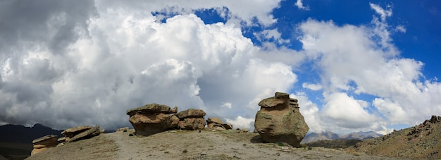 山の北斜面近くのエルブルス山の石のキノコの眺め。ロシアのコーカサスで撮影。