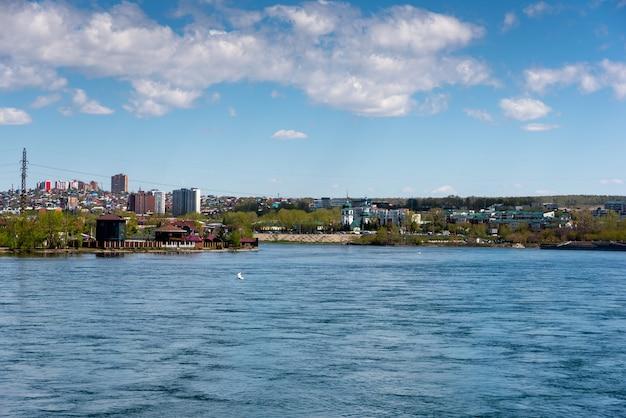 イルクーツクロシアのアンガラ川の日当たりの良い夏の堤防の眺め