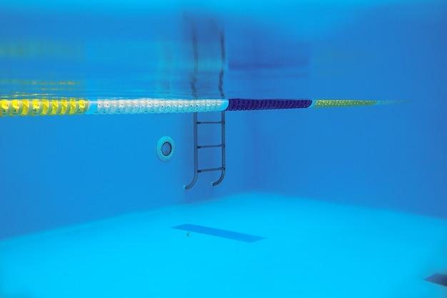 Вид на бассейн с металлической лестницей под водой