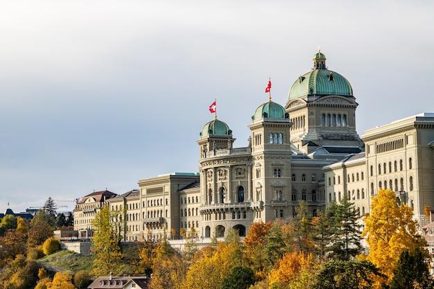 Вид на швейцарский парламент (bundeshaus) с моста кирхенфельдбрюке