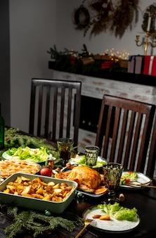 クリスマスディナーのために準備された食べ物とテーブルのビュー